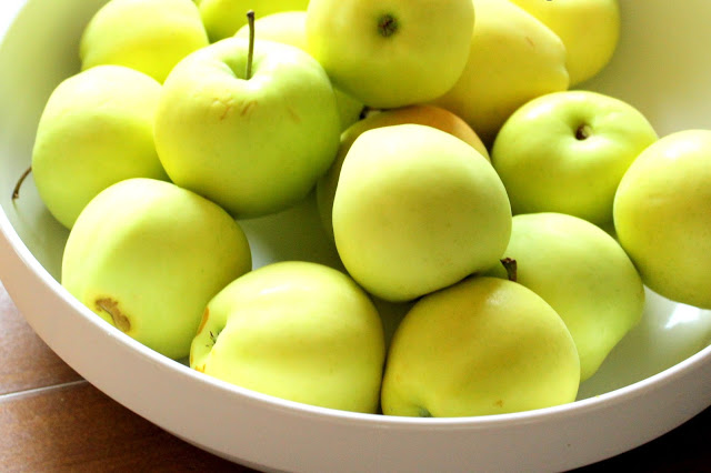 Yellow apples in a bowl